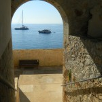 dall'interno: l'atrio e la panchina... e il mare